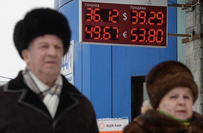 Novosibirsk residents walk past a currency exchange board. (RIA Novosti / Alexandr Kryazhev)