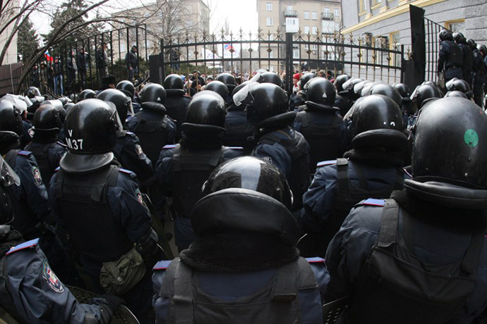 Riot policemen stand guard in front of the regional administration in Donetsk on March 3, 2014. (AFP Photo / Alexander Khudoteply)