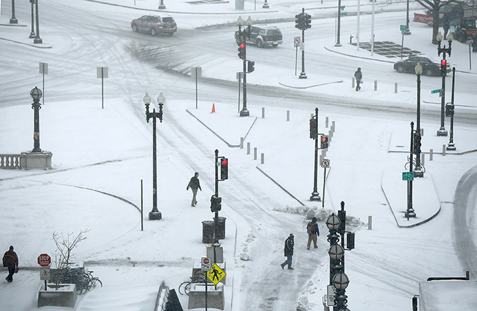 People navigate snow covered streets near Union Station March 3, 2014 in Washington, DC. (AFP Photo / Win Mcnamee)