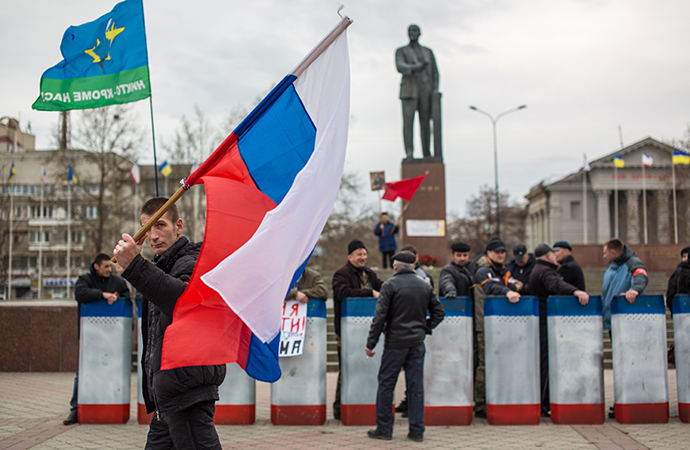 Members of people's militia on the square near the Crimean Council of Ministers' building. (RIA Novosti / Andrey Stenin)