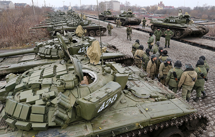 Soldiers of the separate tank battalion of the Baltic Fleet motorized infantry brigade, during loading of tanks on flatcars, for dislocation to the district selected for military exercises, in the city of Gusev, Kaliningrad Region on February 28, 2014. (RIA Novosti / Igor Zarembo)