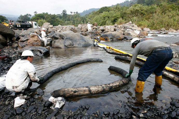 Workers clean an oil spill on the Santa Rosa river February 26, 2009.(Reuters / Guillermo Granja)