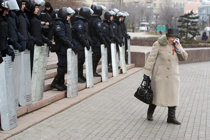An elderly pro-Russian activist cries as Urkainian riot police officers stand guard in front of the regional state administration building in the eastern Ukrainian city of Donetsk on March 5, 2014. (AFP Photo / Alexander Khudoteply)