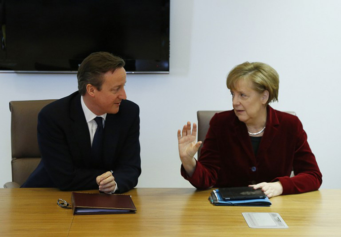 Britain's Prime Minister David Cameron (L) speaks with Germany's Chancellor Angela Merkel as they meet ahead of a European leaders emergency summit on Ukraine, in Brussels, on March 6, 2014. (AFP Photo / Yves Herman)