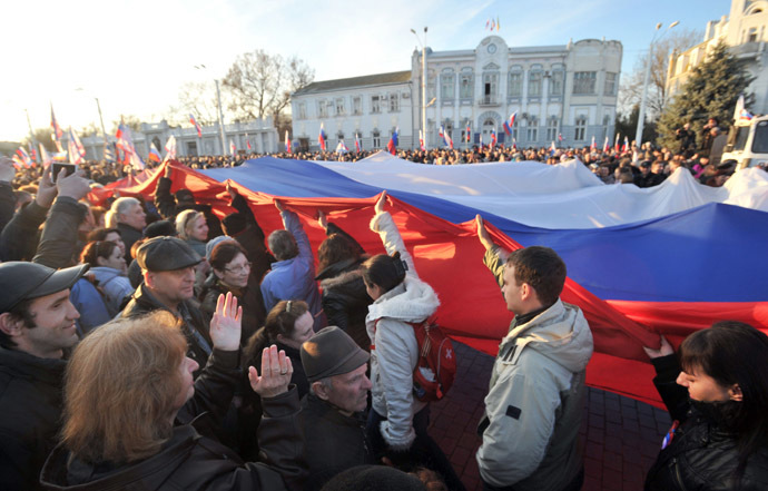 Pro-Russian activists carry a huge Russian flag during their rally in the western Crimean city of Yevpatoria on March 5, 2014. (AFP Photo)