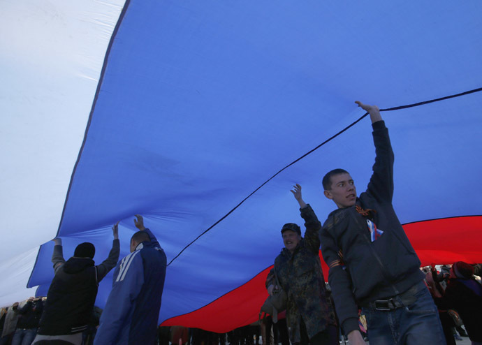 Pro-Russia supporters hold a giant Russian flag during a rally in the Crimean town of Yevpatoria, March 5, 2014. (Reuters)