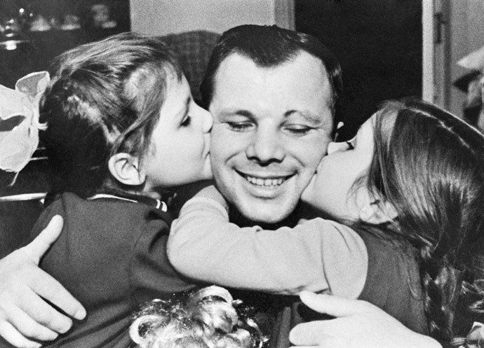 Yury Gagarin (center) with his daughters Lena (left) and Galya (right).(RIA Novosti / Alexander Mokletsov)