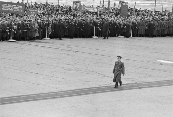 Red-carpet meeting of the world's first spaceman Yury Gagarin in April 1961 before his report to the government after his sensational orbital flight.(RIA Novosti / Chernov)