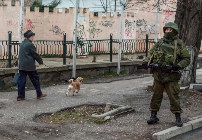 A military man in a Simferopol street. (RIA Novosti/Andrey Stenin)