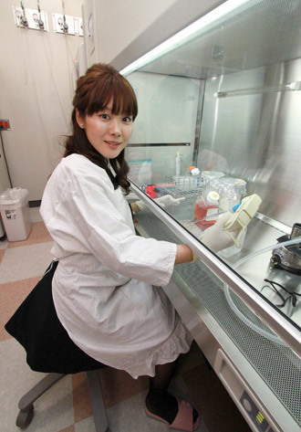 This picture taken on January 28, 2014 shows Japan's national institute Riken researcher Haruko Obokata working at her laboratory in Kobe in Hyogo prefecture, western Japan. (AFP Photo / Jiji Press Japan out)