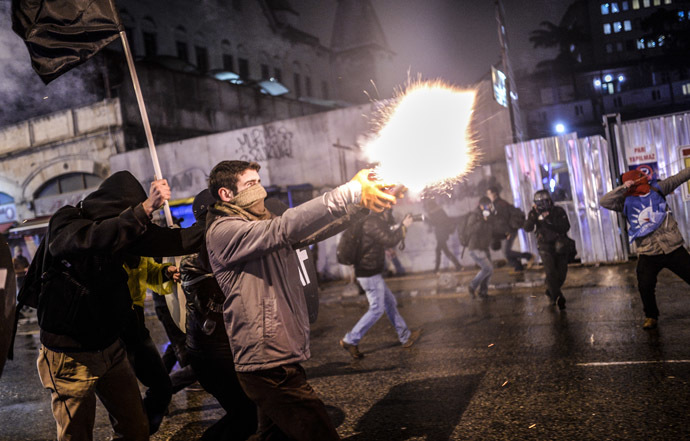 Protesters clash with police in Kadikoy, on the Anatolian side of Istanbul, on March 11, 2014. (AFP Photo)