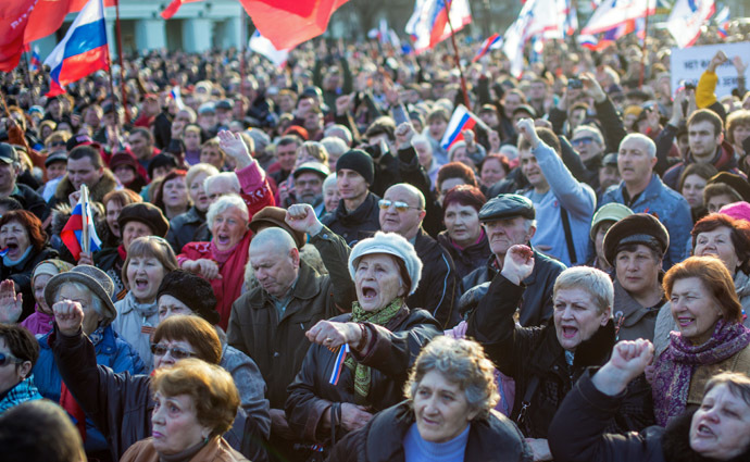 Participants of a rally on Yevpatoria's central square voice their support to Russia. (RIA Novosti/Andrey Stenin)