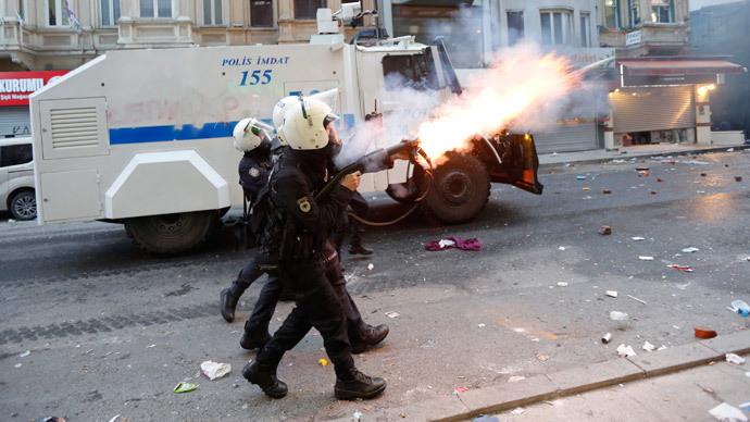 Riot police fire tear gas to disperse anti-government protesters during a demonstration in Istanbul March 12, 2014.(Reuters / Murad Sezer )