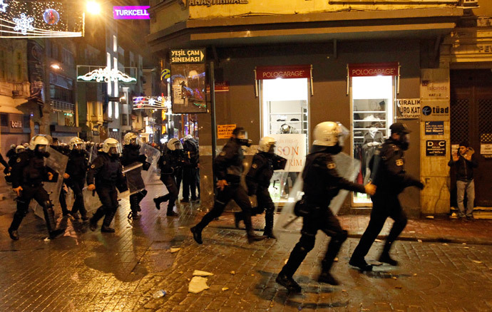 Riot policemen run after anti-government protesters near Taksim square in Istanbul March 12, 2014.(Reuters / Osman Orsal)