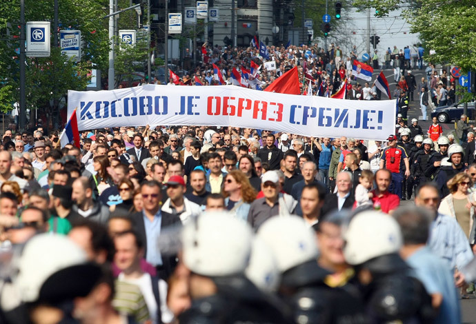 Protesters hold banners against the the EU-brokered Kosovo accord and call for a referendum on the deal as they march in Belgrade April 22, 2013.(Reuters / Djordje Kojadinovic)