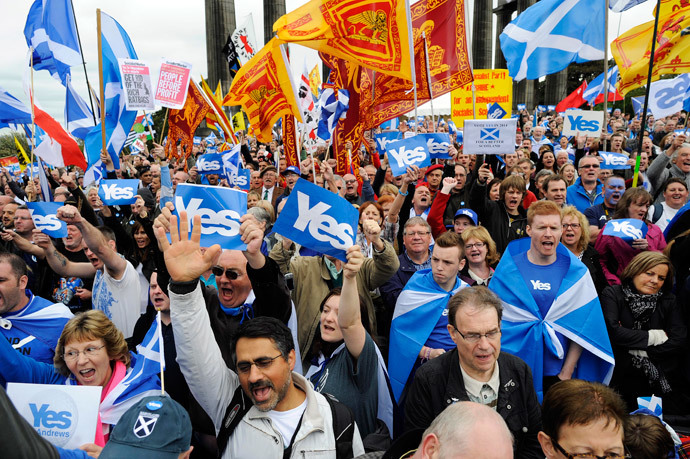 Pro-independence supporters as they gather for a rally in Edinburgh on September 21, 2013.(AFP Photo / Andy Buchanan)