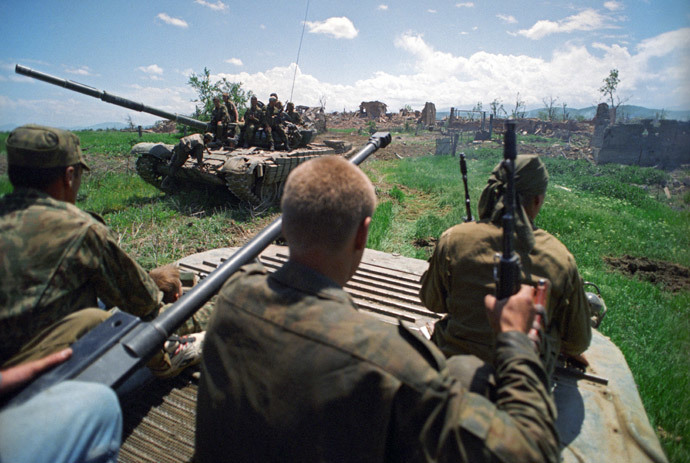 The 1994-1996 Chechen conflict. Russian soldiers during a combat operation in the village of Stary Achkhoi.(RIA Novosti / Igor Mikhalev)