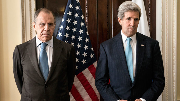 Russian Foreign Minister Sergey Lavrov (L) and US Secretary of State John Kerry stand together before a meeting at Winfield House in London on March 14, 2014. (AFP Photo / Brendan Smialowski)