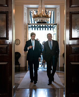 Russian Foreign Minister Sergei Lavrov (R) and US Secretary of State John Kerry (L) walk together ahead of a meeting at Winfield House, the residence of the US ambassador to the UK, in London on March 14, 2014. (AFP Photo / Pool / Brendan Smialowski)