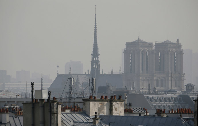 A view of the Notre-Dame cathedral seen through thick smog, on March 14, 2014, in Paris.(AFP Photo / Patrick Kovarik)