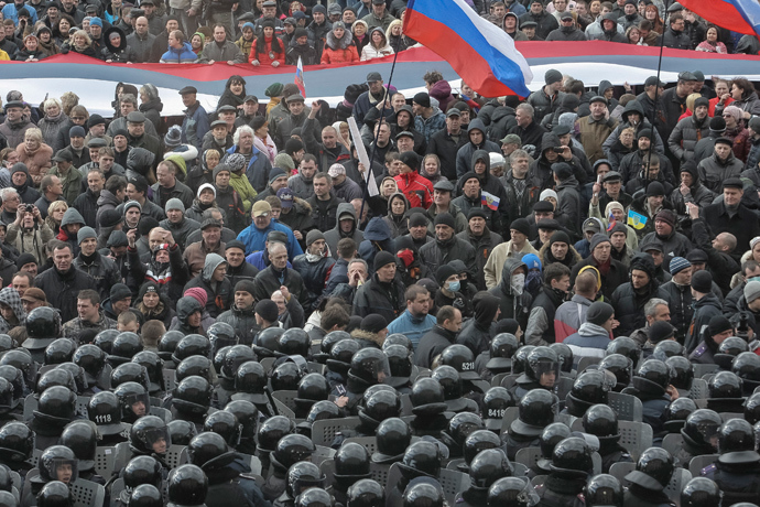 Pro-Russian activists hold giant Russian flags during their rally in the eastern Ukrainian city of Donetsk on March 16, 2014.(AFP Photo / Alexander Khudoteply)