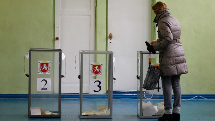 A woman casts her ballot during the referendum on the status of Ukraine's Crimea region at a polling station in Simferopol March 16, 2014.(Reuters / Vasily Fedosenko)