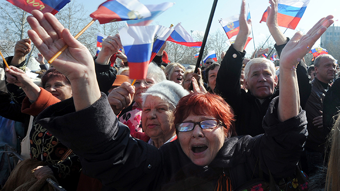 Ukrainian servicemen leave Navy base in Sevastopol as Crimea protesters storm HQ