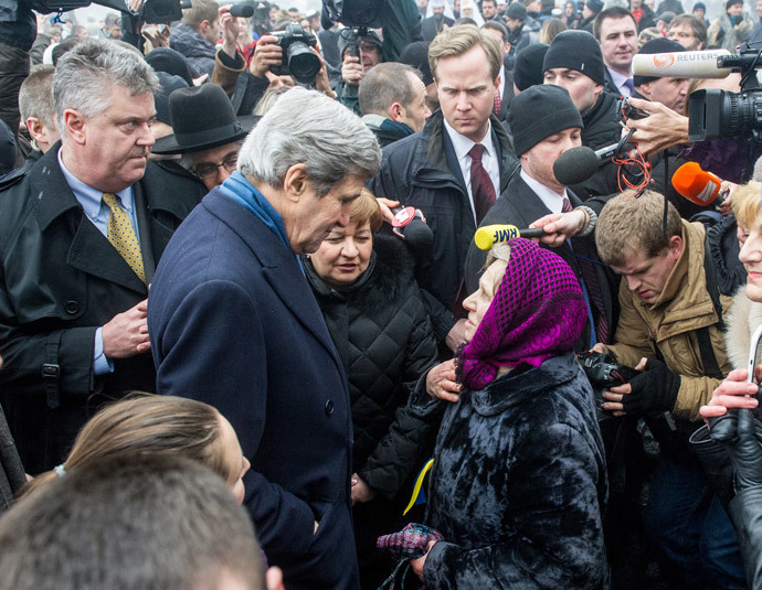 US Secretary of State John Kerry speaks to people at the Shrine of the Fallen in Kiev on March 4, 2014. (AFP Photo / Volodymyr Shuvayev)