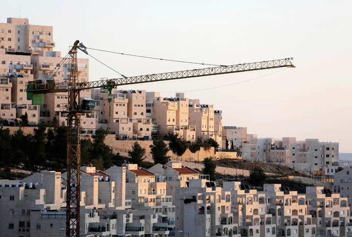 A crane is seen next to homes in a Jewish settlement near Jerusalem (Reuters / Ammar Awad)