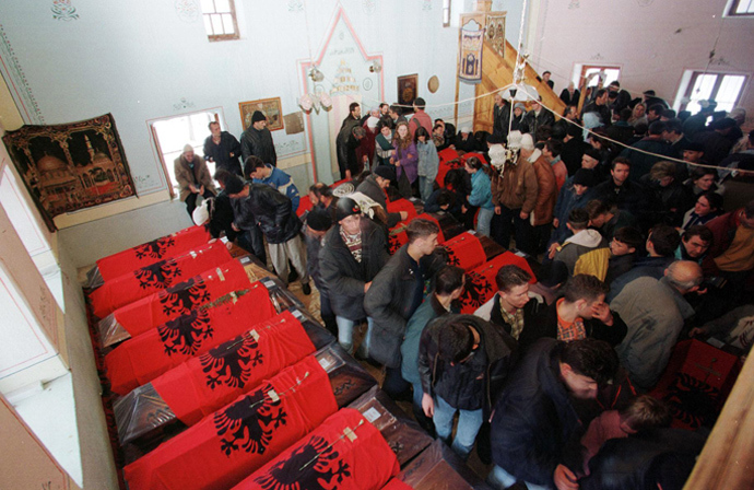 Kosovar families enter Racak mosque where the coffins of ethnic Albanians killed on January 15 were brought in,10 February, in southern Kosovo (AFP Photo)