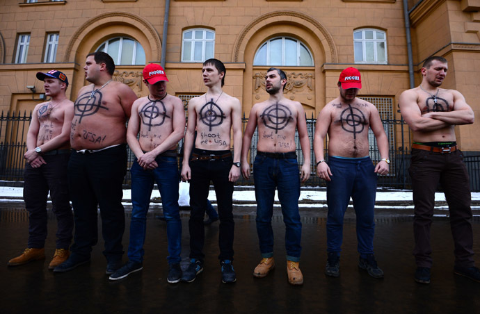 "Participants of a rally ""Sanctions Against Russia - Sanctions Against Me!"" outside the US Embassy in Moscow. (RIA Novosti/Evgeny Biyatov)"