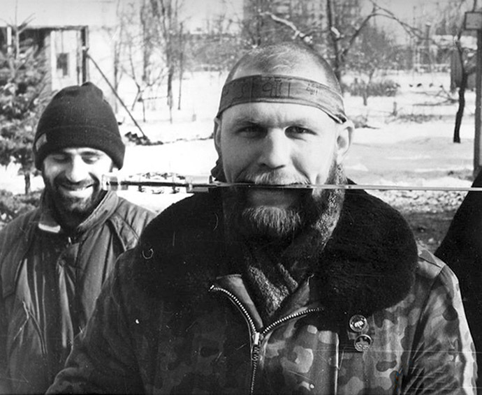 Aleksandr Muzychko posing with a dagger in Chechnya.