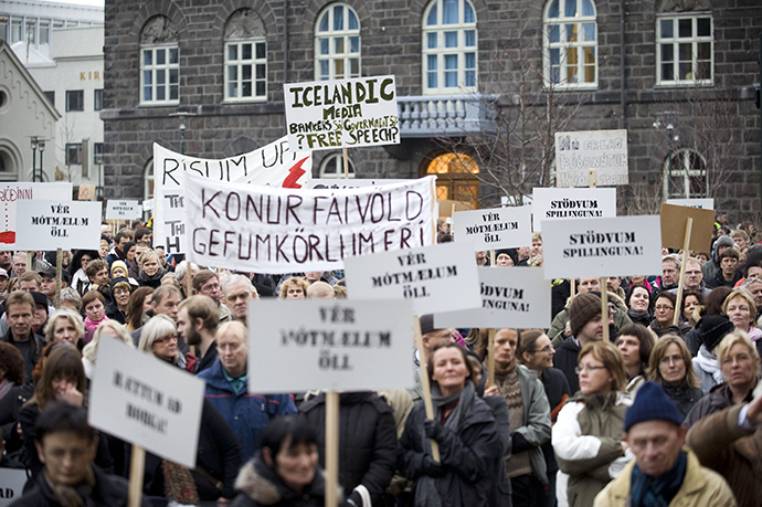 People take to the streets of Reykjavik, Iceland, on November 8, 2008 to call on the government to resign and for banks to be more open about the country's financial crisis (AFP Photo)