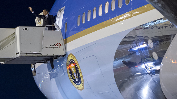 US President Barack Obama waves as he boards the Air Force One before departing from Schiphol airport in Amsterdam on March 25, 2014 after attending the Nuclear Security Summit (NSS) in The Hague (AFP Photo / Saul Loeb)