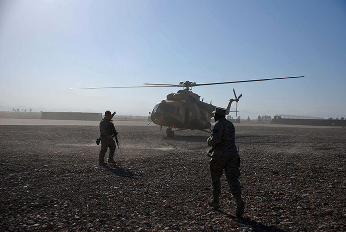 US soldiers walk as an Mi-17 helicopter lands at Herat airport, western Afghanistan on November 13, 2010. (AFP Photo / Aref Karimi)