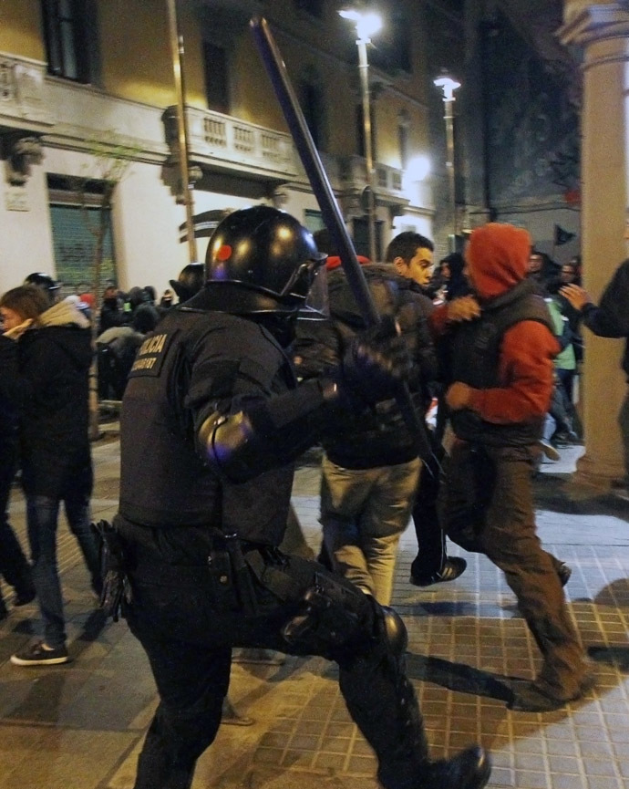 "Anti-riot police corner clash with demonstrators at the end of a march dubbed ""Disobedience 2014"" in Barcelona on March 29, 2014. (AFP Photo/Quique Garcia)"