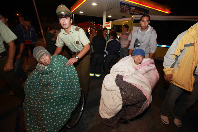 People are evacuated from their shelter after a tsunami alarm at Antofagasta city, north of Santiago on the southern Pacific coast, April 1, 2014. (Reuters / Stringer)