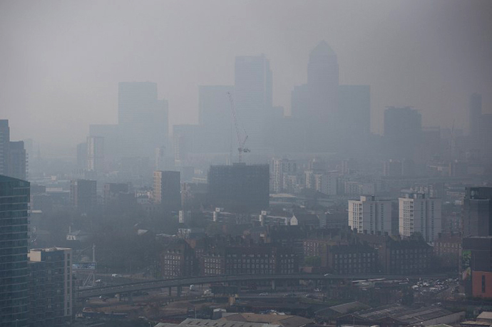 Air pollution hangs in the air lowering visibility in London, on April 2, 2014. (AFP Photo / Leon Neal)