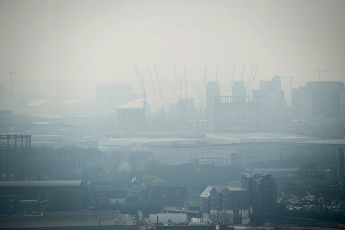 Air pollution hangs in the air lowering visibility towards the O2 arena in London, on April 2, 2014. (AFP Photo / Leon Neal)