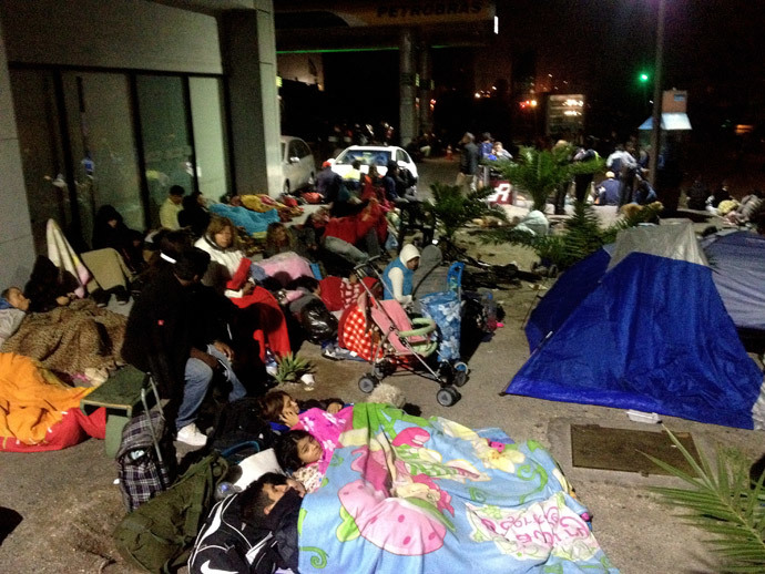 Residents who have fled their homes sleep on an open street in Iquique, Chile, after a powerful earthquake measuring 7.8 rocked northern Chile late April 3, 2014 the day after a deadly 8.2 jolt in the same region, authorities said. (AFP Photo / Aldo Solimano)