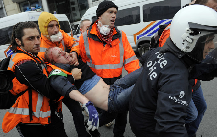Rescue workers and police evacuate a protestor who was injured during clashes at the end of a demonstration by tens of thousandspeople in the European district of Brussels to denounce the austerity measures in Europe on April 4, 2014 in Brussels. (AFP Photo)