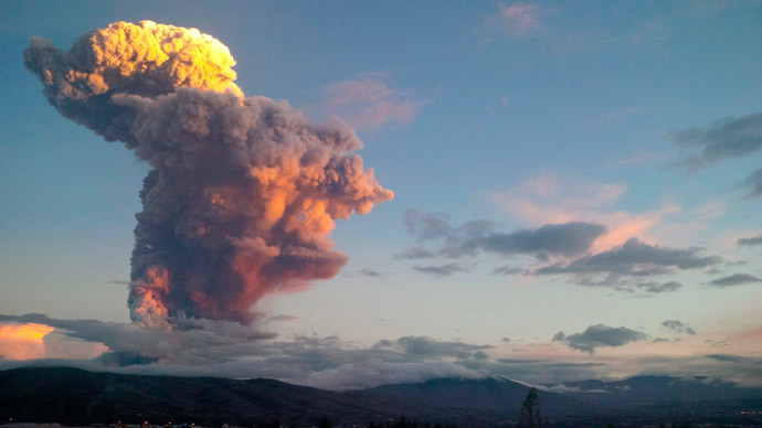 Ecuador's Tungurahua volcano spews molten rocks and large clouds of gas and ashes near Banos, south of Quito, April 4, 2014.(Reuters / Carlos Campana)