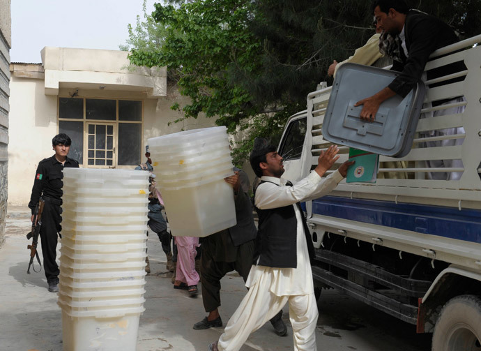 Afghan election commission workers unload ballot boxes at a polling station in Kandahar on April 4, 2014.( AFP Photo / Banaras Khan )