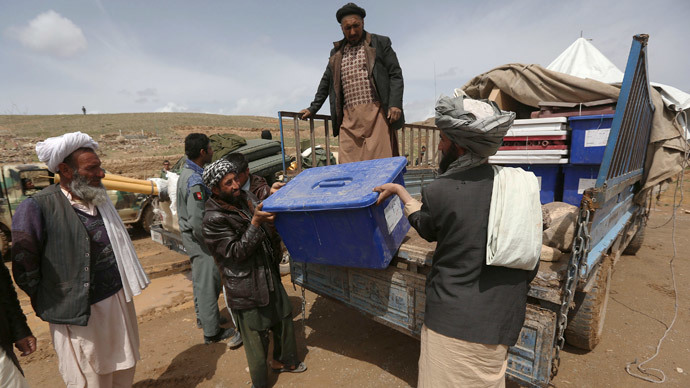 Afghan election commission workers unload ballot boxes form a vehicle at Mir Abadi village in Adraskan district of Herat Province April 4, 2014.(Reuters / Omar Sobhani)