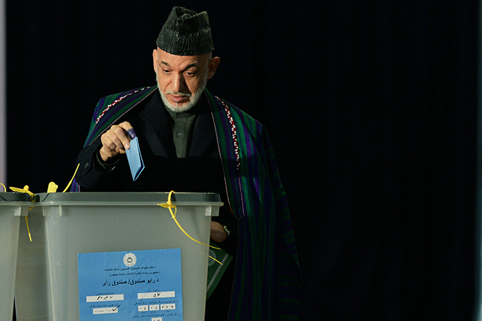 Afghan President Hamid Karzai casta his vote at a local polling station in Kabul on April 5, 2014. (AFP Photo / Wakil Kohsar)
