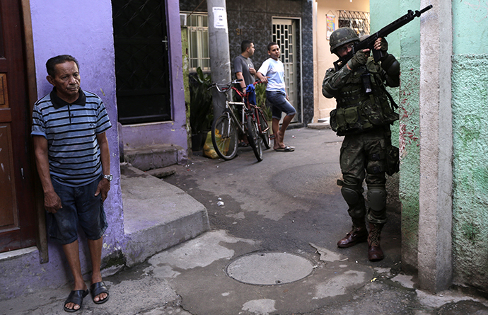 A Brazilian Army soldier patrols the Mare slums complex in Rio de Janeiro, April 5, 2014. (Reuters / Ricardo Moraes)