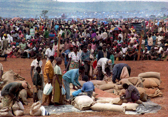 Some 90,000 Rwandan refugees wait to get food from the Red Cross 20 May in the Benako, Tanzania refugee camp. Hundreds of thousands of Rwandans have fled their country since the beginning of the fighting in early April. Rwandan rebels captured Kigali airport 22 May 1994, the UN mission for Aid to Rwanda announced 22 May (AFP Photo)