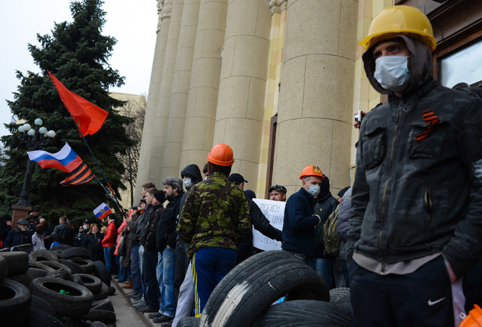 Pro-Russian activists near the Kharkov city administration.(RIA Novosti / Chekachkov Igor)