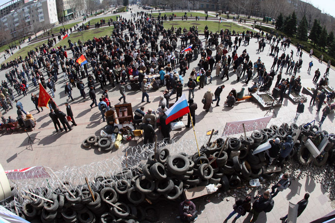Pro-Russian activists guard a barricade set at the Donetsk regional council office building on the eastern city of Donetsk on April 7, 2014. (AFP Photo)