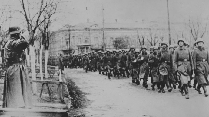 Wehrmacht soldiers march in Kerch, November 1941 (Photo: waralbum.ru)